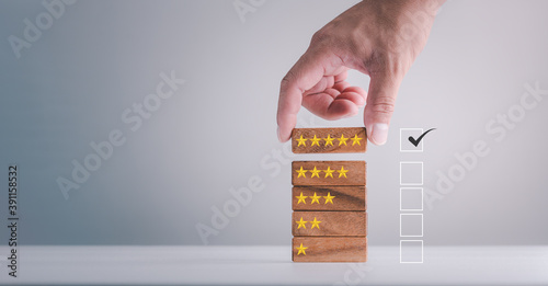 Foto feedback rating and positive customer review experience, service and Satisfaction, Business people are Choosing wood block with 5 star icon to give satisfaction in service