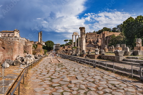 Cuadros en Lienzo Ancient Roman Forum Ruins In City Of Rome, Italy