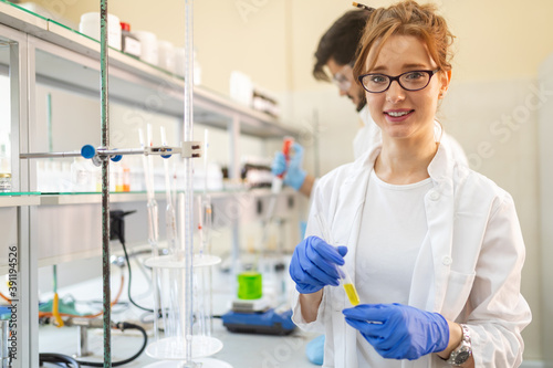 Young attractive female scientist researching in the laboratory Fototapet