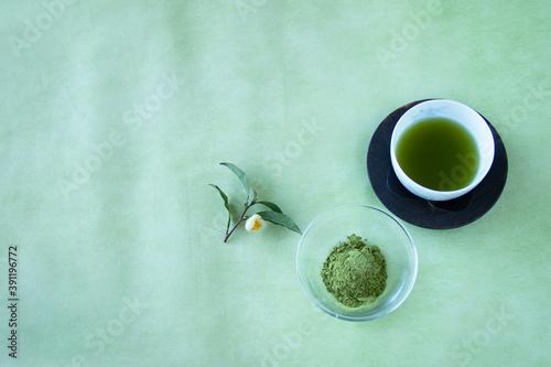 Fotografia 緑茶と茶葉丸ごと食べる粉末茶(緑茶)とお茶の花