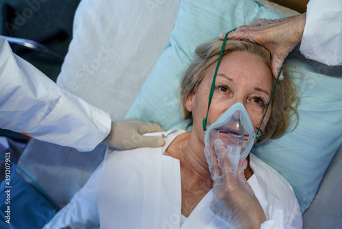 Top view of covid-19 patient with oxygen mask in bed in hospital, coronavirus concept Fotobehang