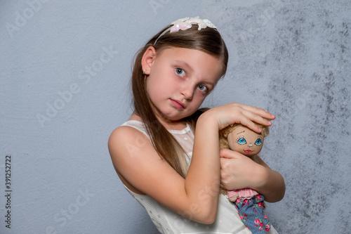 Платно Little girl holding a doll on crayfish