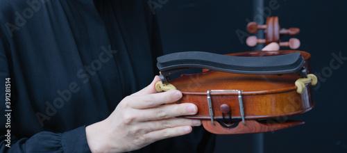 Papel de parede woman holding violin shoulder rest
