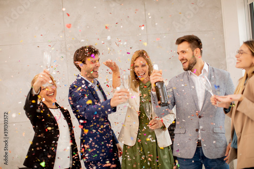 Group of business people celebrating and toasting with confetti falling in the o Tapéta, Fotótapéta