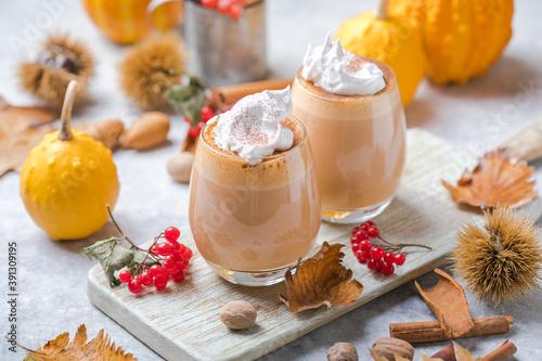 Papel de parede Pumpkin latte in a glasses