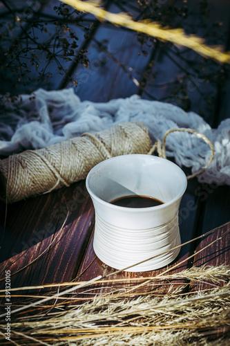 Photo Tasse de café en céramique beige et bouquet de fleurs séchées - Ambiance naturel