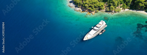 Photo Aerial drone ultra wide panoramic photo of luxury yacht anchored in tropical exo