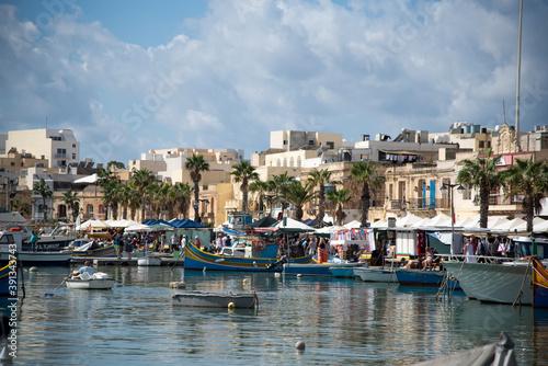Barcos en la orilla en Marsaxlokk, Malta. Fototapet
