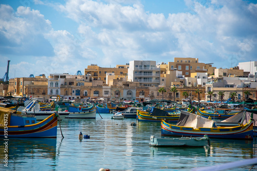 Fotografiet Barcos en la orilla en Marsaxlokk, Malta.