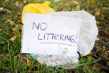 """Close Up """"no Littering"""" Sign N..."""