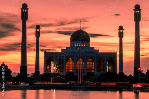 Foto Landscape of central mosque at twilight time, Hat yai,Songkhla, Beautiful destin