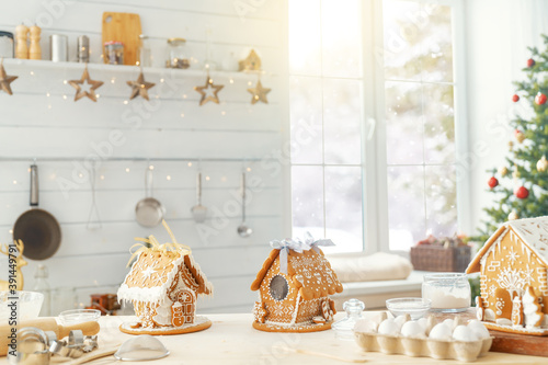 Foto Christmas gingerbread houses on the table