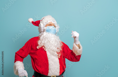 Santa Claus in face mask during Covid-2019 Fototapet