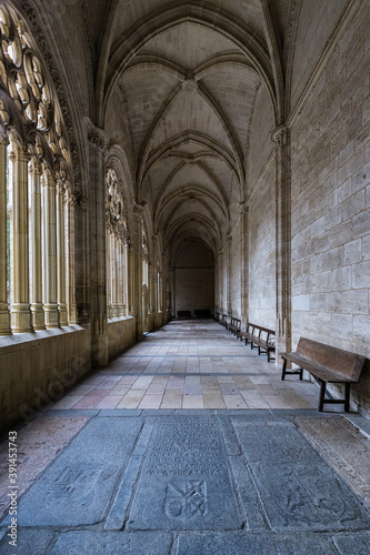 Foto Vertical shot of the cloister in the Cathedral of Segovia.