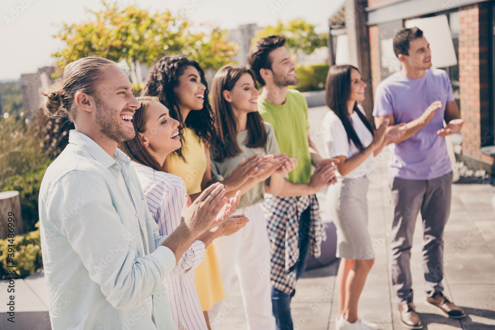 Leinwandbild Motiv - deagreez : Photo of company of friends standing smile enjoy arms clap applaud weekend meeting restaurant outside