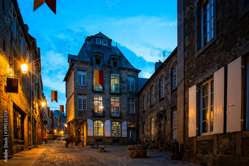 Fotografia Old street in the town of Dinan at dusk