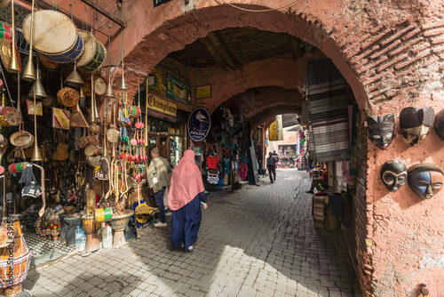 a passage at the souk in Medina in Marrakesh Fotobehang