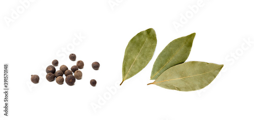 Papel de parede Bay leaf, allspice isolated on white background