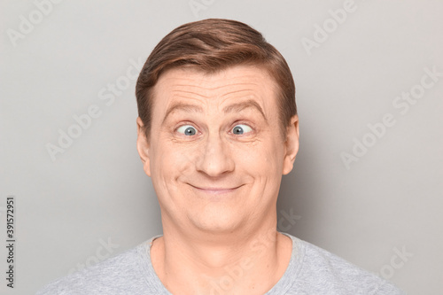 Fotografía Portrait of funny happy man making goofy face with crossed eyes