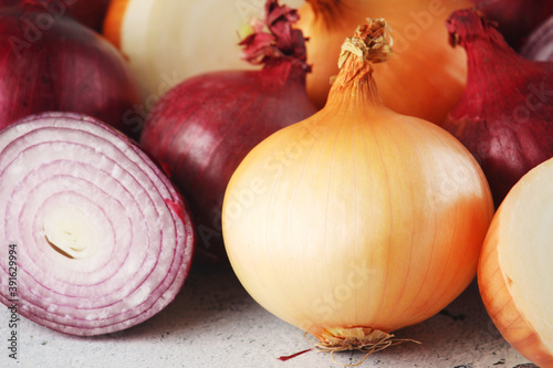 Foto Golden onion bulbs on the table