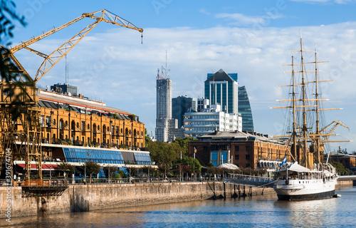 Fotografia Port in city of Buenos Aires (Puerto Madero), coast of gulf La Plata