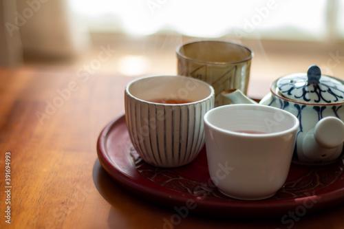 Papel de parede 日の当たるテーブルに置かれた急須と入れたてのほうじ茶の入った湯飲み