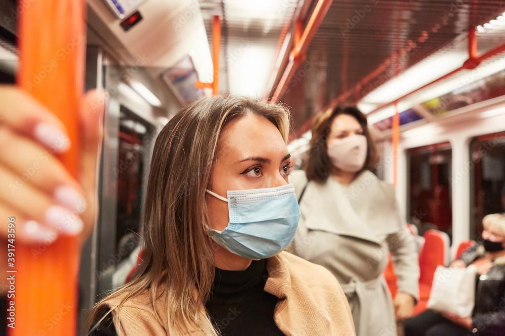 Fototapeta Maskenpflicht für Fahrgäste im öffentlichen Nahverkehr