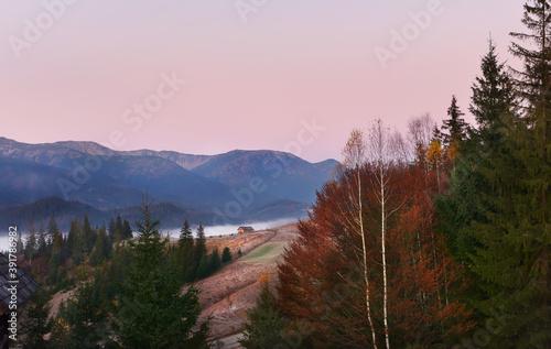 Fotografía Early morning in the autumn mountains