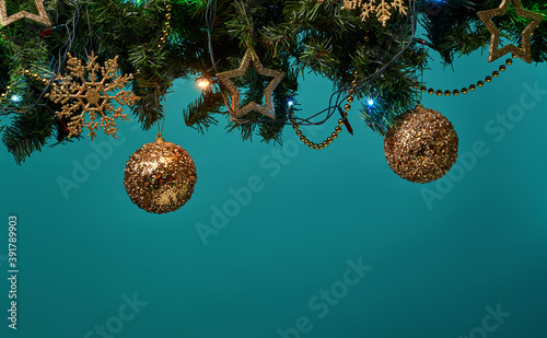 Photo Christmas tree branch with stars, balls and garland.