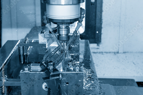 Fotografia The CNC milling machine cutting the  mold parts with oil coolant method