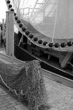 Fischernetz Und Netz Eines Alten Krabbenkutter Im Hafen Von Neuharlingersiel An Der Küste Der Nordsee Bei Esens In Ostfriesland In Niedersachsen, Fotografiert In Klassischem Schwarzweiß