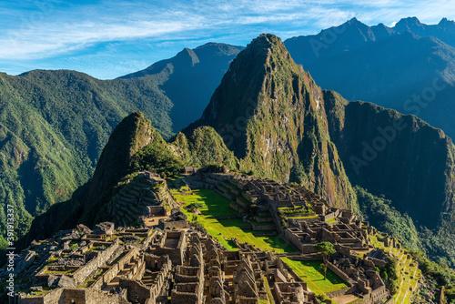 Foto The Inca ruin of Machu Picchu at sunrise with Huayna Picchu peak, Cusco, Peru