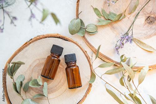 Obraz 木とアロマオイルビンが2本。自然・オーガニック・美容のイメージ。 - fototapety do salonu