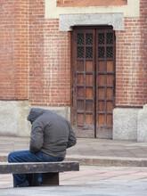 Giovane Uomo Sulla Panchina Della Piazza - Depressione E Solitudine