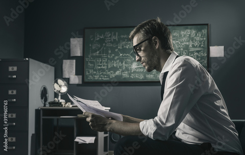 Photo Brilliant mathematician reviewing his work and thinking