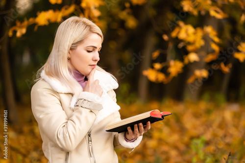 Fotografie, Obraz Women in outdoors reading Bible