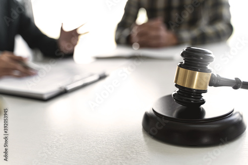 Fotografia Lawyer and client negotiation in legal judgement consulting..