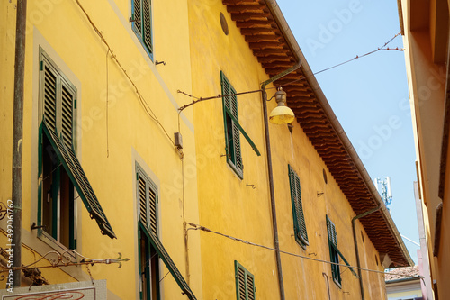 Photo Traditional Italian buildings with green shutters in Pisa, Italy