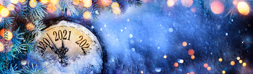 Obraz na plátne Happy New Year 2021 - Countdown To Midnight - Clock And Fir Branches On Snow