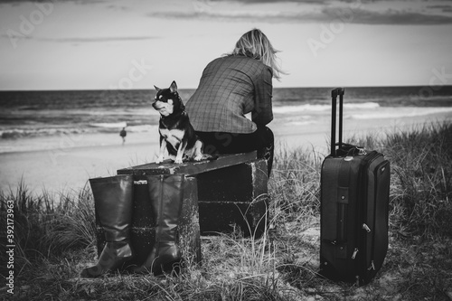Fotografía woman and dog companions