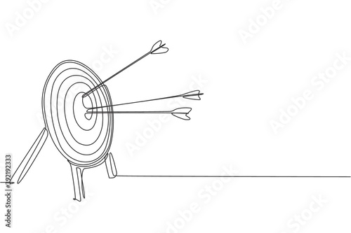 Foto Single continuous line drawing of archery target pad was shot with arrows