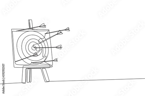 Foto Single continuous line drawing of professional archer shot archery target not too precisely