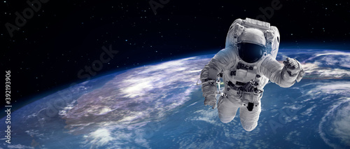 Fotografija astronaut in outer space over earth and star for background