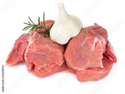 Fotografia morceaux de viande cru de veau pour blanquette sur fond blanc