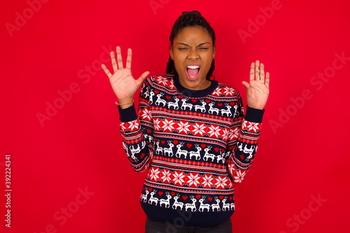 Photo Emotive Young beautiful African American woman standing against red background l