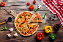 Deliciosa Pizza Italiana En La Mesa De Madera Para La Vista Superior Del Restaurante Italiano Con Verduras Como Pimientos, Champiñones, Mozzarella, Tomate, Jamón, Aceitunas, Aceite Y Orégano