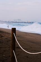Surfista Frente Al Mar En Invierno En Un Día Tempestad En Barcelona.