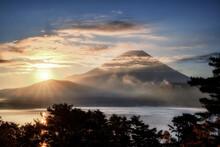 本栖湖畔から眺める晩秋の富士山と日の出