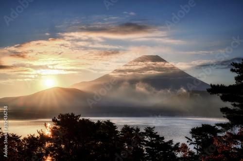 Valokuvatapetti 本栖湖畔から眺める晩秋の富士山と日の出