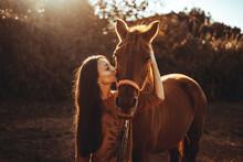 Chica Joven Andaluza Ecuestre Montando Sobre Caballo Marron En Un Campo Natural Sin Silla Ni Riendas En El Sur De España Al Atardecer Feliz